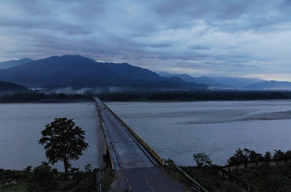 ​The Pasighat bridge promises fairytale ​views that make for envy-inducing​ Instagram posts.